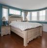 岡崎市注文住宅 A様邸 こだわりの壁紙の主寝室。重厚な家具にあわせて窓の位置も計算されています。