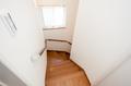 階段にも窓を取り入れ、明るい空間としています。