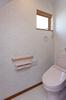 トイレにはスヌーピーの壁紙を使った遊び心も。