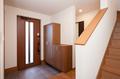 玄関は土間部分を広くとり、下駄箱をもうけて靴の収納スペースを確保。