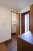 玄関の横には、土間続きの玄関クロゼットを設けてベビーカーや大きい荷物の収納スペースを確保。