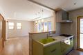 キッチンから見たLDK全体。オリーブグリーンのキッチンに造り付けのスパイスラック、折り上げ天井などこだわりの部分が随所に表れています。