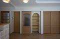 2階への扉を閉めるともうひとつの収納棚が出現。リビング周りのこまごまとしたものも収納できます。