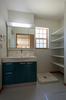 洗面室の洗濯機横には可動棚を設置し、タオル等を収納できるスペースを確保しています。