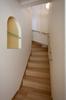 階段横にはニッチをもうけて、飾り棚として使っていただけます。