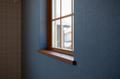 寝室は他とは違い、濃いブルーの壁紙にミディアム色の窓台でヴィンテージ風に。