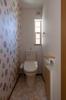 1階トイレは、壁1面をアクセントクロスにしておしゃれな空間に。