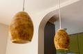 キッチン部分もアーチ壁を採用。奥様こだわりの照明器具も内装を際立たせます。
