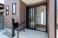 玄関ドアは引き戸、玄関ポーチに手摺を設けてバリアフリー住宅となっています。