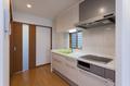 キッチンは壁付のタイプですが、扉色を白にして、壁と同系色にすることで圧迫感のない印象に仕上がっています。