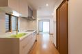キッチンから和室までまっすぐになっており、和室の窓からの光がキッチンまで届きます。
