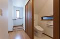 階段下に作ったトイレは天井が一部斜めになりますが、天井が低いということではなく、有効的に活用できます。
