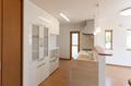 リビング側から見える食器棚をホワイト色にすることで空間の拡がりを感じられます。