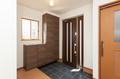 土間部分を広くとり、玄関ドアも親子ドアとし、開口も広く車イスでも使いやすいバリアフリー設計としています。