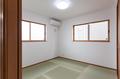 LDKに隣接した和室はおよそ4.5帖あり、2面に設けられた窓が通風と採光を確保しています。