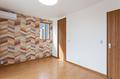 寝室の壁の一面を、カラフルな木目が楽しいアクセントクロスで。