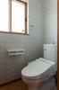 2階トイレはレトロな雰囲気のクロスで。