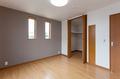 寝室にはウォークインクロゼット、その扉の隣にお子様の成長記録が書かれた棚板を埋め込みました。