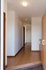 玄関から和室へと続く廊下は、メートルモジュール仕様で広々としています。