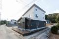 1階は切妻屋根、2階は片流れ屋根とし見る角度によって住まいの表情が変化します。