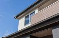 バルコニー部分に貼られた木目調の外壁が和風住宅の趣を際立たせます。