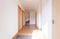 玄関ホールに設けた納戸は掃除道具等の収納として重宝します。