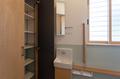 トイレ正面にも可動式の収納棚を設けています。