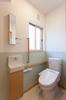 1階トイレには手洗い器と、見やすい角度に取り付けられた鏡がおしゃれです。